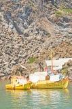 钓鱼金黄希腊的小船破火山口 库存图片