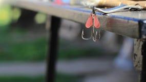 钓鱼钩和红色诱剂 免版税库存图片