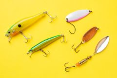 钓鱼钩和诱饵在一个集合抓的另外鱼在黄色背景与拷贝空间 r 库存照片