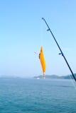 钓鱼钩和鱼标尺 免版税库存照片