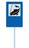 钓鱼阵营标志,被隔绝的roadisde路标杆岗位,捕鱼区域地方尖在蓝色白色,空白的拷贝空间的交通标志 免版税图库摄影