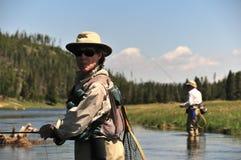 钓鱼高级鳟鱼的夫妇 免版税图库摄影