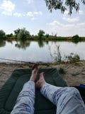钓鱼鲤鱼的湖河钓鱼旅游业 免版税库存照片