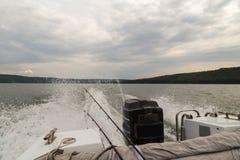 钓鱼从在一条大河的小船 库存图片