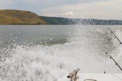 钓鱼从在一条大河的小船 库存照片