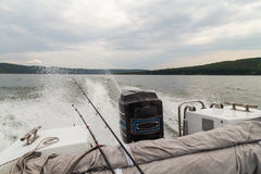 钓鱼从在一条大河的小船 免版税库存照片