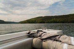 钓鱼从在一条大河的小船 免版税库存图片