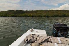 钓鱼从在一条大河的小船 图库摄影
