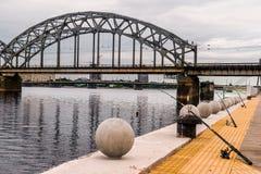 钓鱼从堤防 库存图片