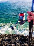 钓鱼从峭壁 库存照片