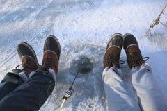 钓鱼冻结的冰湖 库存照片