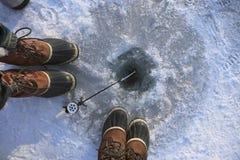 钓鱼冻结的冰湖 免版税库存图片