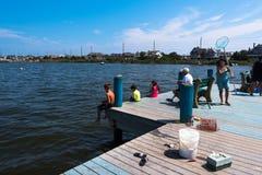 钓鱼从码头 免版税库存照片