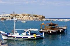 钓鱼boates在港口,克利特希腊 免版税库存照片