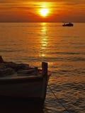 钓鱼susnet的小船 免版税库存图片