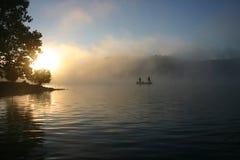 钓鳕鱼湖奥扎克族印第安人日出 免版税库存照片