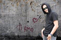 钛amo街道画和男孩有黑有冠乌鸦的 免版税库存照片