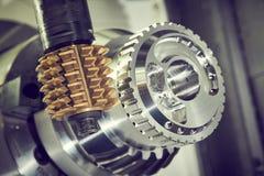 钝齿轮碾碎的过程 加工通过滚铣的工业CNC金属切削刀磨房 库存照片