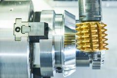 钝齿轮碾碎的过程 加工通过滚铣的工业CNC金属切削刀磨房 免版税图库摄影