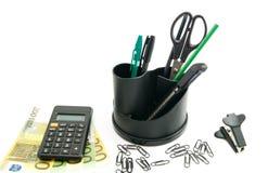 钞票、计算器和其他办公室文具 免版税库存照片