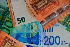 钞票以色列锡克尔, 50, 100欧元 特写镜头,顶看法,色的金钱背景  免版税图库摄影