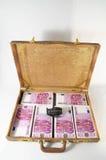 钞票充分的手提箱 免版税库存照片