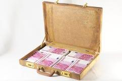 钞票充分的手提箱 免版税库存图片