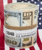 钞票卷1040形式橡皮筋儿美国国旗 库存图片