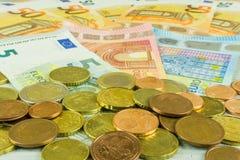 钞票和硬币在欧元 免版税库存图片
