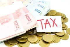 钞票和硬币 税演算的图象用途每年的大家 图库摄影