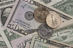 钞票和硬币 库存照片