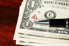 钞票和ballpen 库存照片