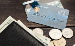 钞票在有硬币和信用卡的钱包里 免版税图库摄影