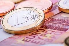钞票概念性货币欧元五十五十 硬币和钞票 现金金钱背景 免版税图库摄影