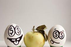 钞票电灯泡企业想法光 与面孔和眼睛的鸡蛋与美元 免版税库存照片