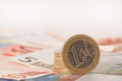 钞票硬币列欧元 库存图片