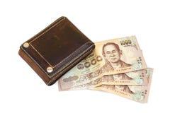 钞票顶视图与在白色背景隔绝的老棕色皮革钱包的 库存图片
