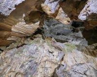 钟乳石和石笋在地下洞入口 库存图片