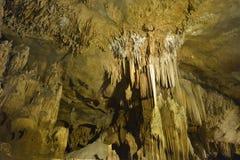 钟乳石和石笋在洞 免版税库存图片