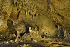 钟乳石和石笋在洞 免版税库存照片