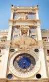 钟塔在威尼斯,意大利 Torre小山谷Orologio 免版税库存照片