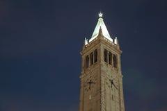 钟楼加利福尼亚大学伯克利分校在晚上 图库摄影