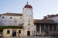 钟楼和城市凉廊大广场的在老镇特罗吉尔 免版税库存图片