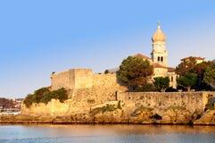 钟楼和由海运的老城镇墙壁krk的-克罗地亚 库存图片