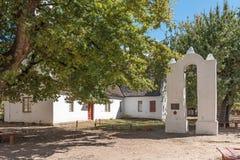 钟楼和第一个教会在Genadendal,完成1800 库存照片