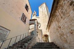 钟楼和钟楼在老镇- Omis,克罗地亚 免版税库存照片