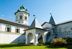 钟楼和门廊在尼古拉斯Vyazhischsky stauropegic修道院在Veliky诺夫哥罗德,俄罗斯 免版税库存图片