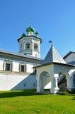 钟楼和门廊在尼古拉斯Vyazhischsky stauropegic修道院, Veliky诺夫哥罗德,俄罗斯 库存图片