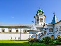 钟楼和门廊在尼古拉斯Vyazhischsky stauropegic修道院, Veliky诺夫哥罗德,俄罗斯 免版税库存图片
