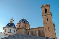 钟楼和阿尔特阿教会,肋前缘布朗卡,西班牙两个蓝色圆顶  库存照片